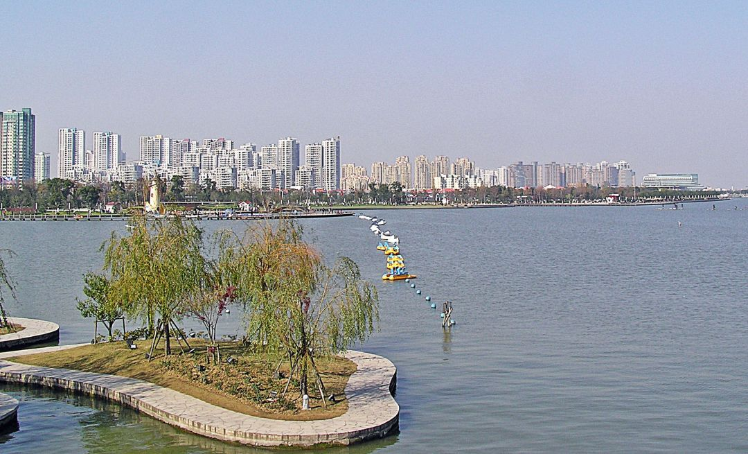 1920px-Suzhou_Industrial_Park_SIP_-_West_Bank_of_Jin_Ji_Lake